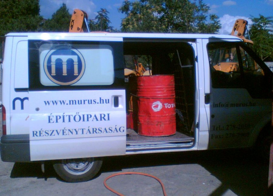 Hulladékos hordók a MURUS Zrt. minibuszában