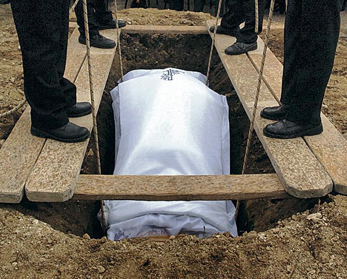 Emberhez méltatlan halála volt egy rákos görög nőnek