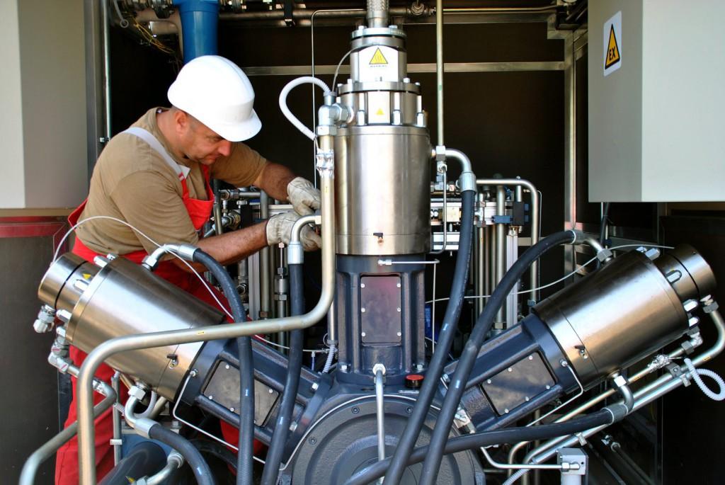 Resch Béla egy földgázsűrítő berendezés kiépítésén dolgozik a Mol Nyrt. Kőbányai úti kútjánál, ahol a Fővárosi Gázművek Zrt. és a Mol nyilvános sűrített földgáz-üzemanyagú (CNG) töltőállomást létesít. Az első jármű várhatóan még a nyár folyamán tankolhat az állomáson. MTI Fotó: Balaton József
