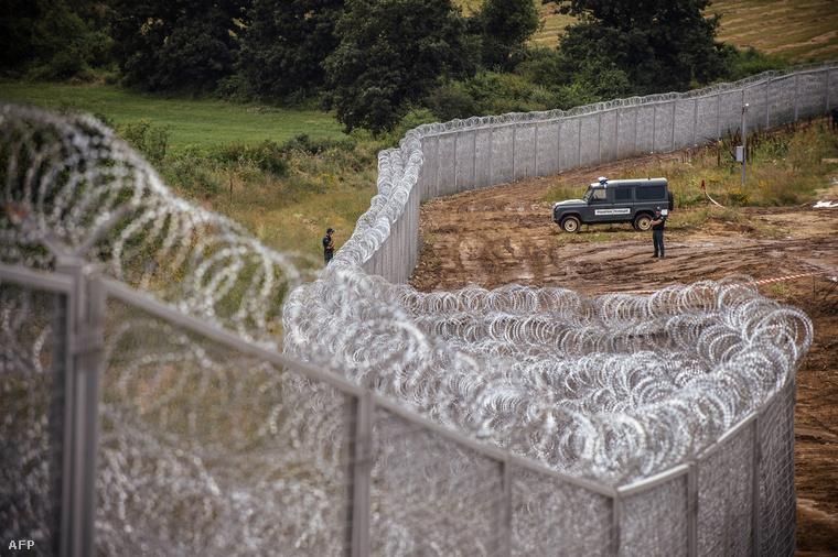 Fegyvert fogtak a migránsok a magyar határőrökre
