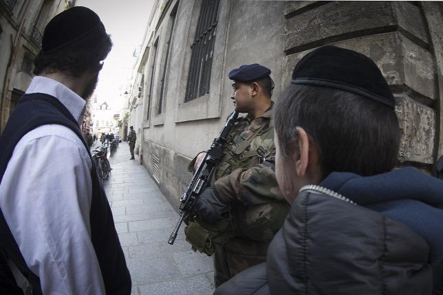 Francia katona őrködik egy zsidó iskola előtt Párizsban