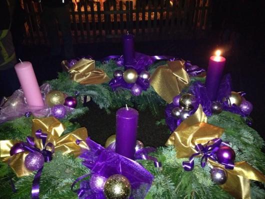 Ég az első adventi gyertya és kigyúltak a karácsonyi fények