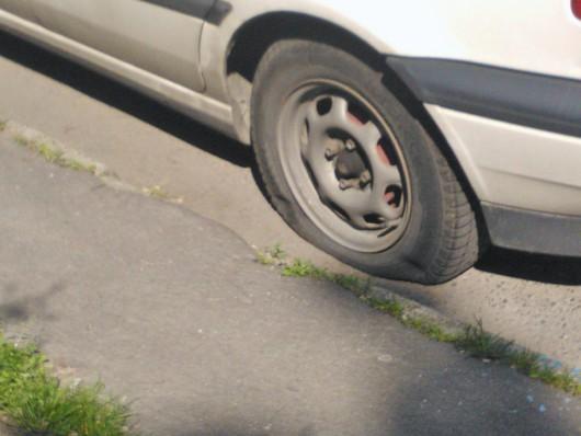 Autók gumiabroncsát tették tönkre vandálok