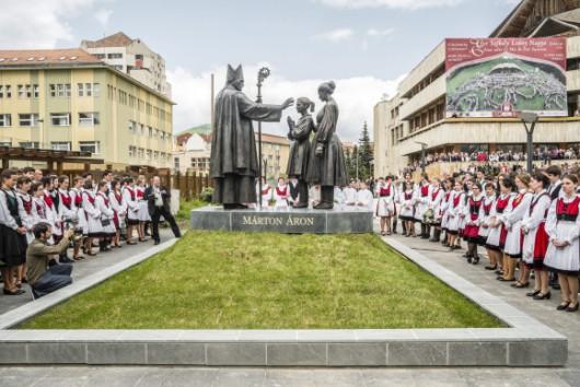 Áder János jelenlétében avatták fel Márton Áron szobrát
