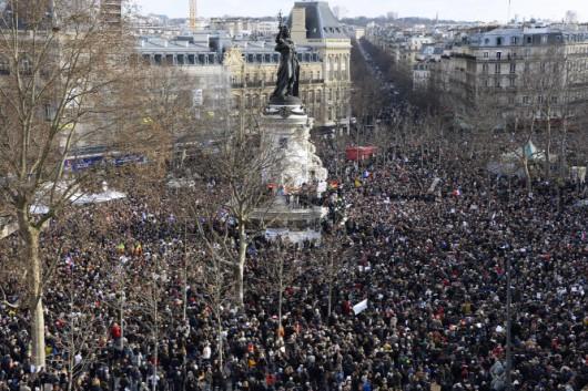 A terror áldozataira emlékezik Párizsban a világ