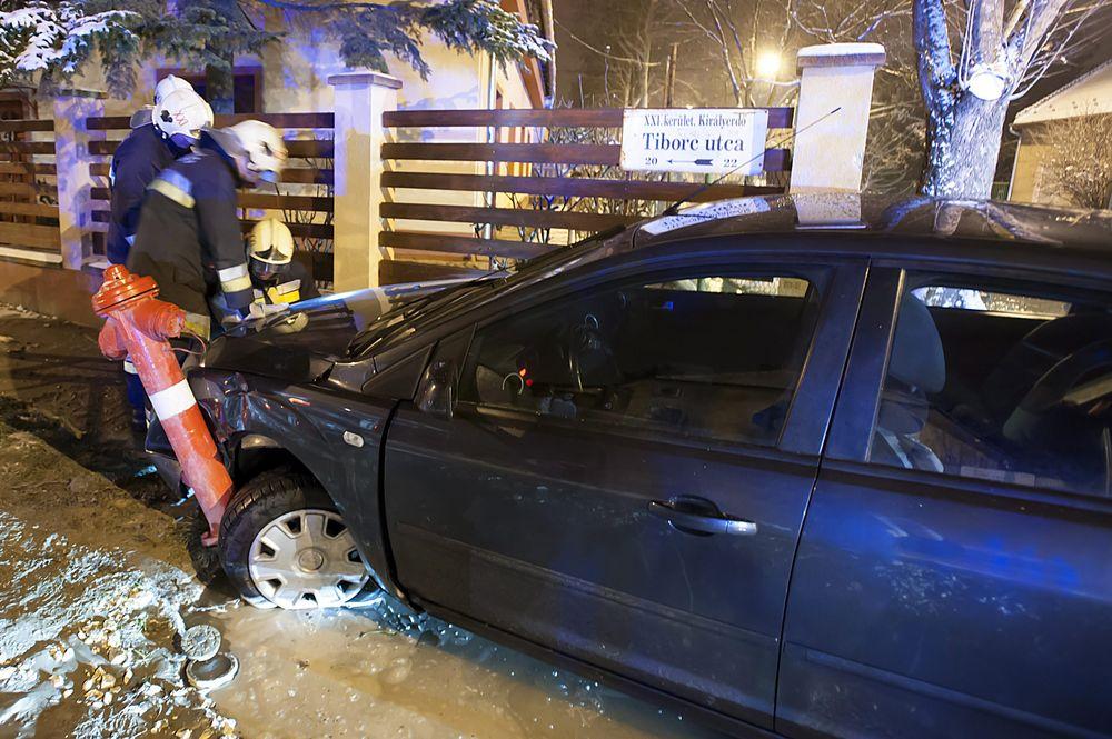 Tûzcsapot döntött ki egy személygépkocsi Budapesten