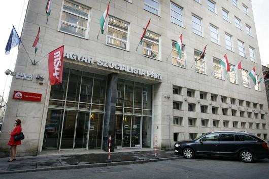 Nagy az adósság: új székházba költözhet az MSZP